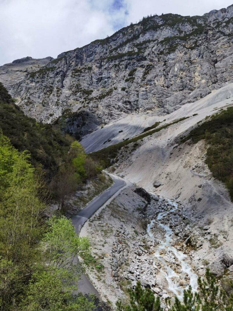 Der Blick vom Steig auf die Halltal Straße - offizielle MTB Route zum Alpengasthof St. Magdalena