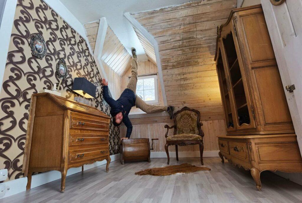 Haus auf dem Kopf - vergiss nicht, deinen Foto für diese außergewöhnlichen Bilder mitzunehmen