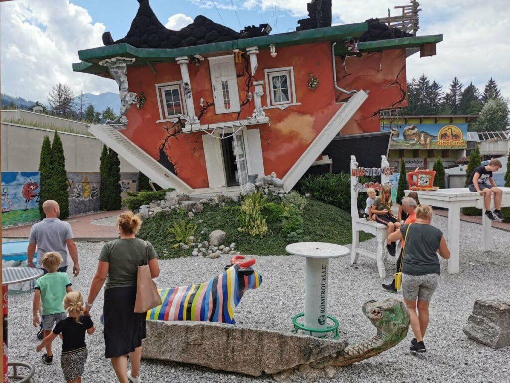Haus steht Kopf - Ausflugsziel und Sehenswürdigkeit nahe der Stadt Schwaz
