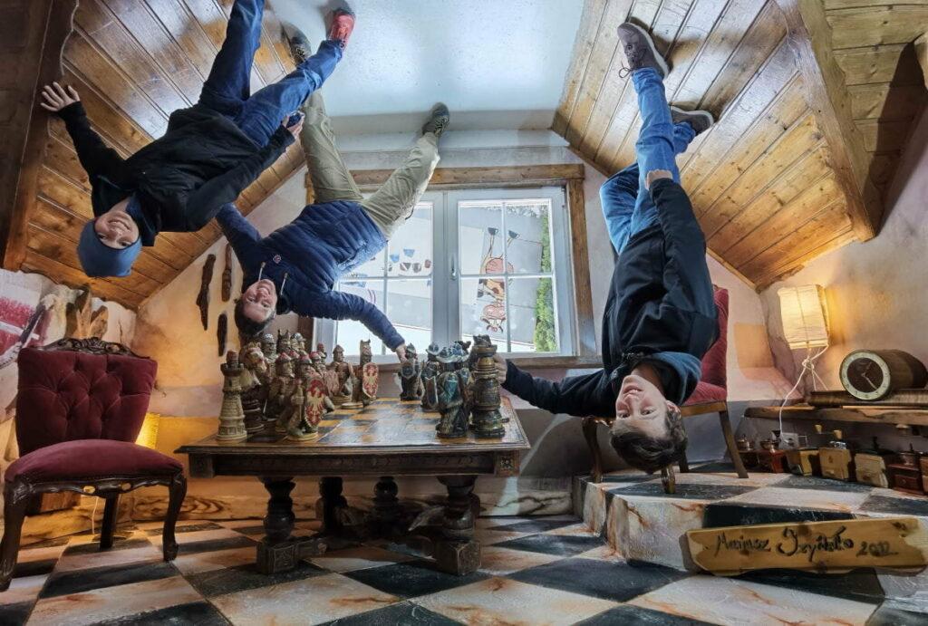 Lust auf eine Runde Schach? Kopfüber möglich im Haus steht Kopf Österreich