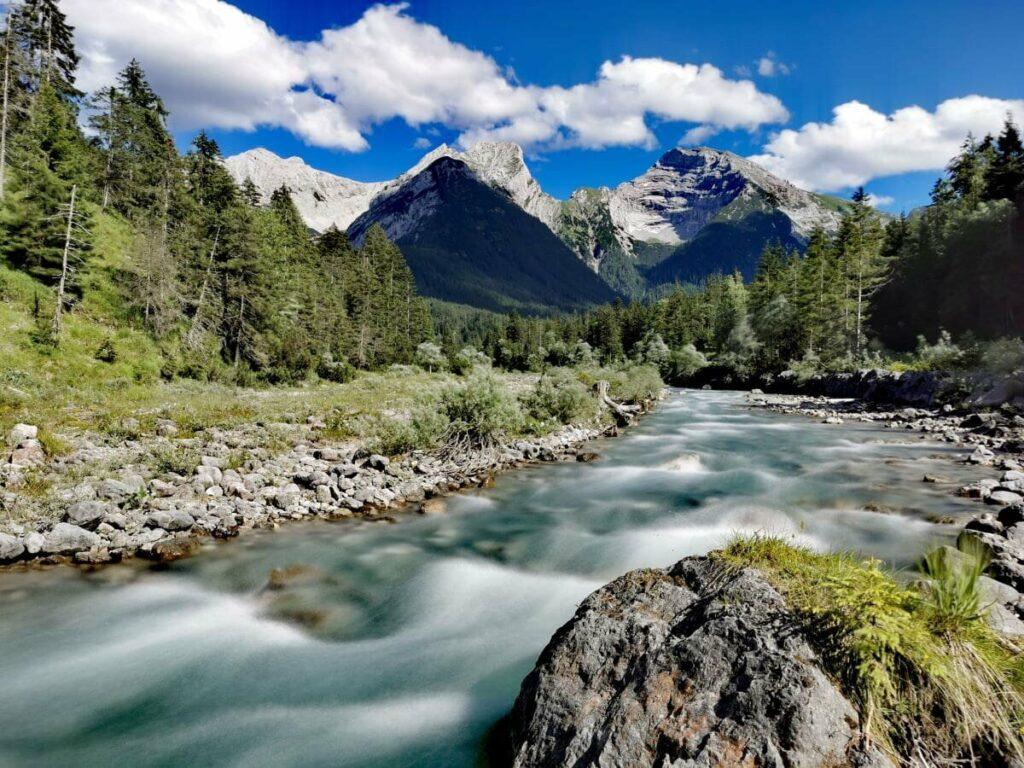 So ist die idyllische Natur in Hinterriss: Der Rißbach mit dem Karwendel