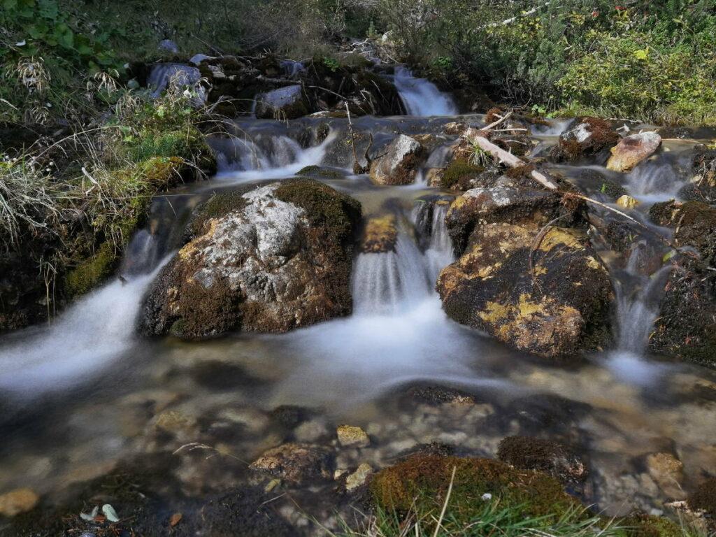 Das Hirschbad mit dem glasklaren Wasser im Halltal