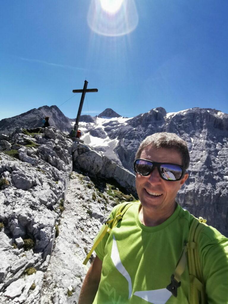 Und hier ist rechts vom Gipfelkreuz die Birkkarspitze zu sehen - mit Schnee im Juli