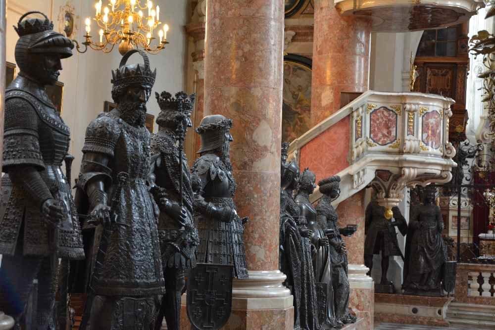 Die schwarzen Mander in der Hofkirche, zählt zu den Innsbruck Sehenswürdigkeiten