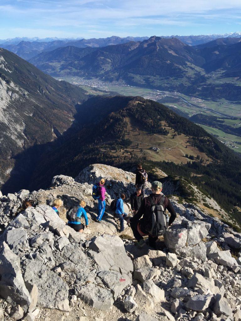 Der Blick nach unten auf die Walderalm, das Inntal und die Tuxer Alpen