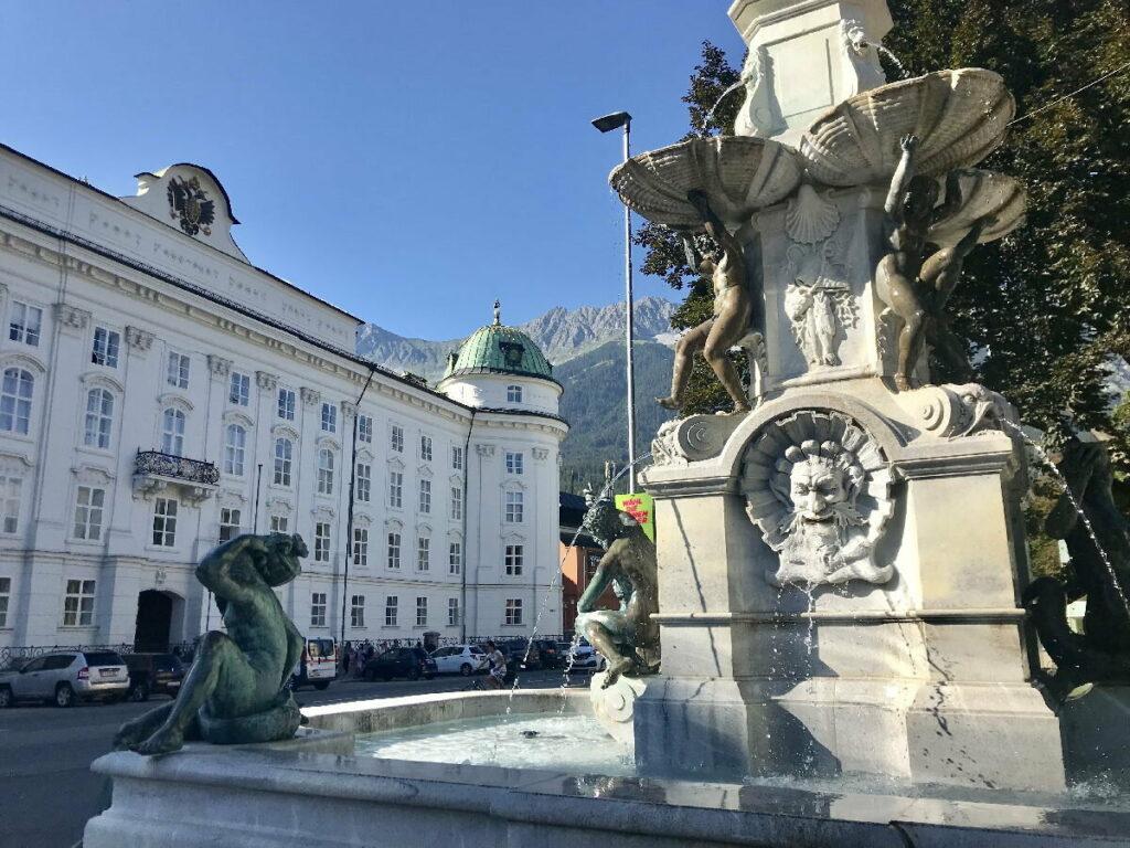Der feudale Brunnen vor der Hofburg - der Eingang in die Altstadt Innsbruck
