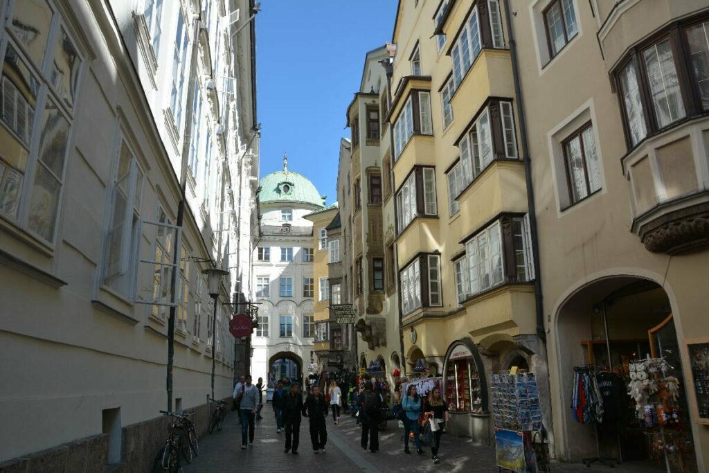 Durch die Hofgasse hinein in die Innsbruck Altstadt