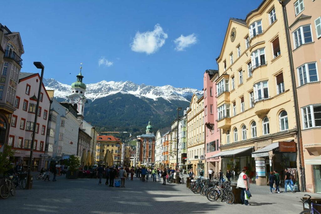 Innsbruck Altstadt - so schön ist die Maria-Theresien- Straße. Viele Geschäfte + Restaurants sind hier
