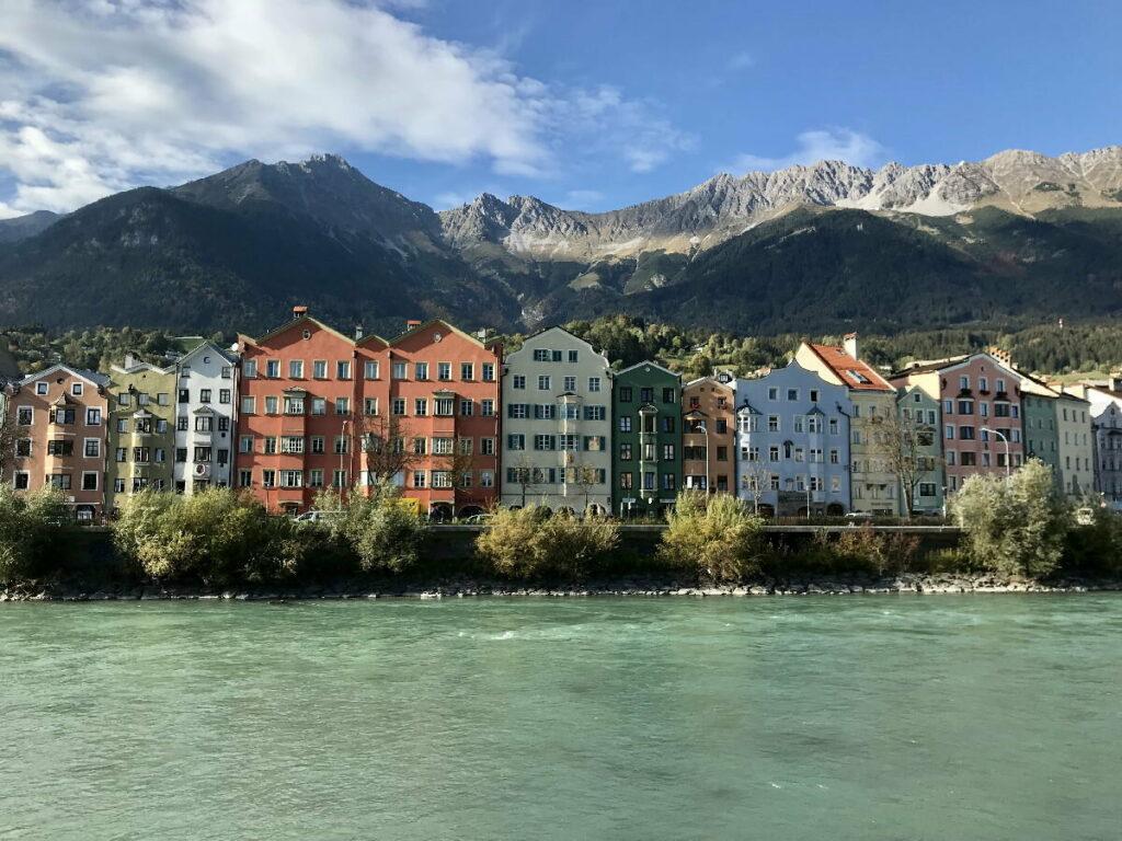 Innsbruck Altstadt - die bunten Häuser der Mariahilfstraße und Innstraße, überragt vom Karwendel