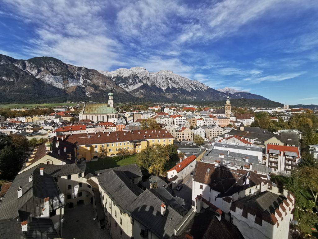 Herzlich willkommen im Inntal - das ist Hall in Tirol mit dem Karwendel