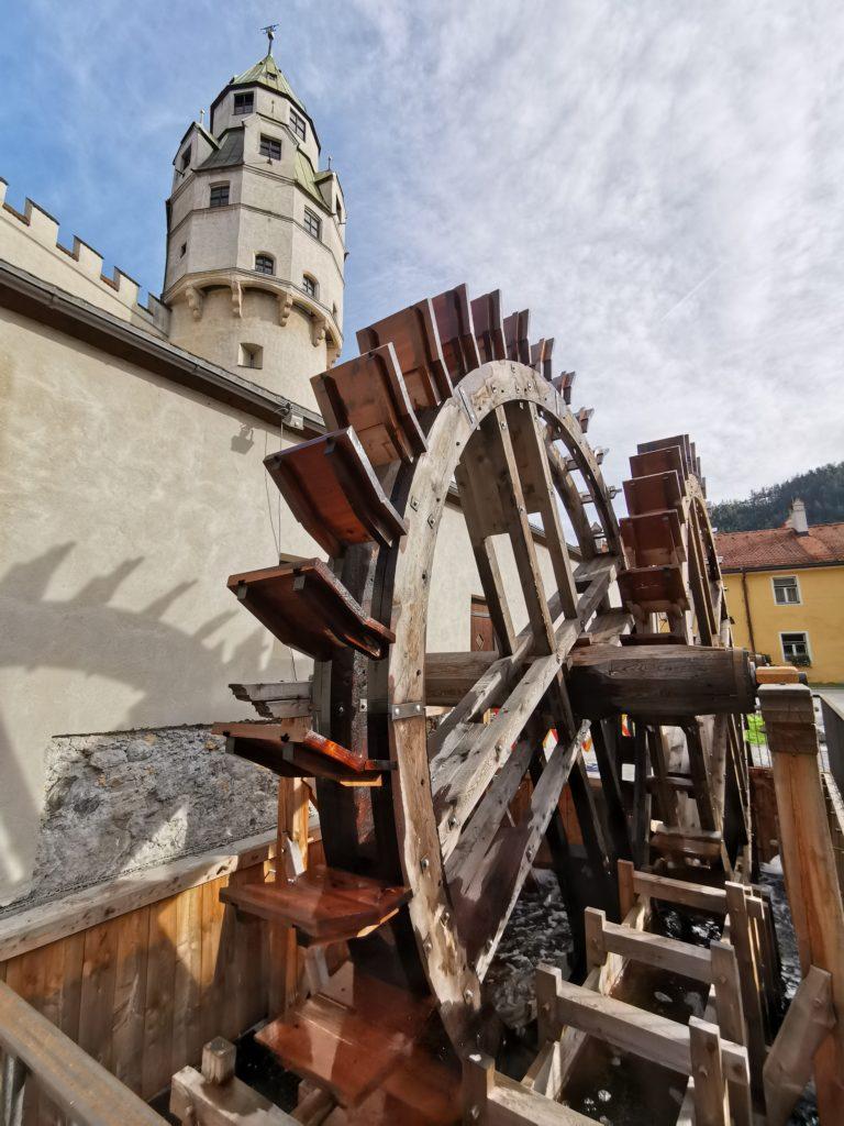 Inntal Sehenswürdigkeiten - das große Wasserrad bei der Burg Hasegg