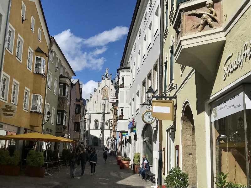 Der Inntalradweg führt an der historischen Stadt Schwaz in Tirol vorbei