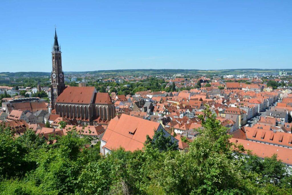 Isarradweg Landshut - plane ein bißchen Zeit ein, um diesen Blick über die Stadt zu erleben. Auch die Altstadt lohnt sich!