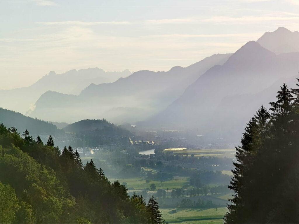 Der Blick auf Jenbach in der Früh - mit dem Morgennebel im Inntal und den Silhouetten der Berge