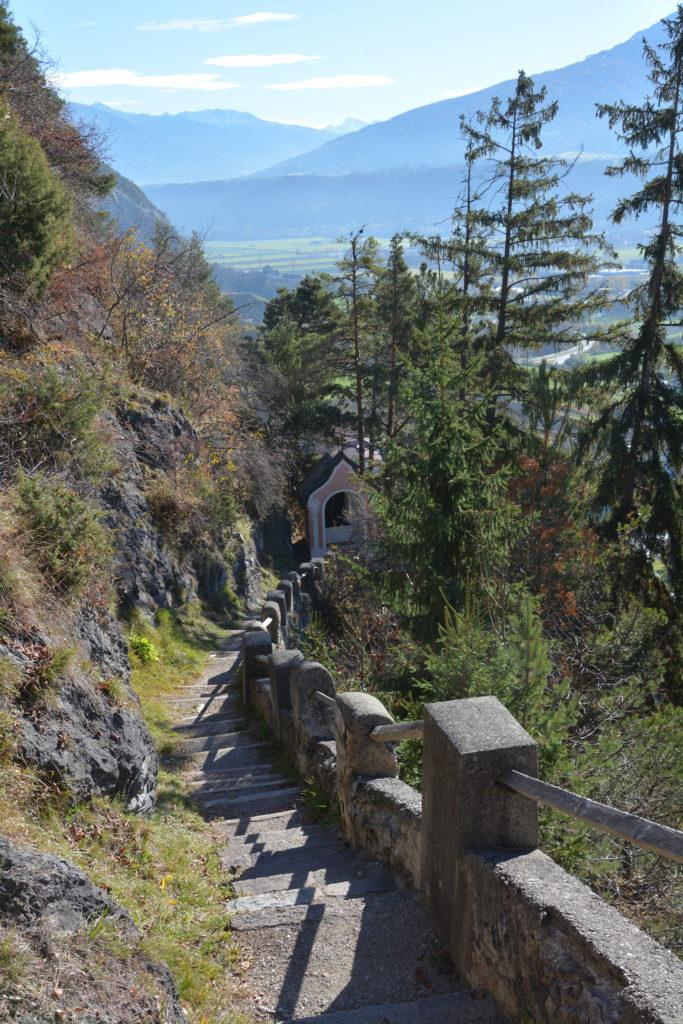 Ausblick vom Kalvarienberg auf den befestigten Weg