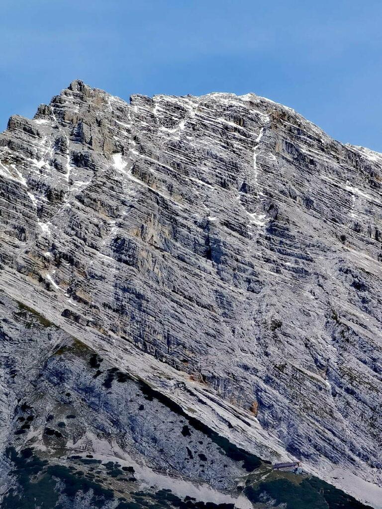 So imposant liegt die Bettelwurfhütte auf dem Karwendel Höhenweg