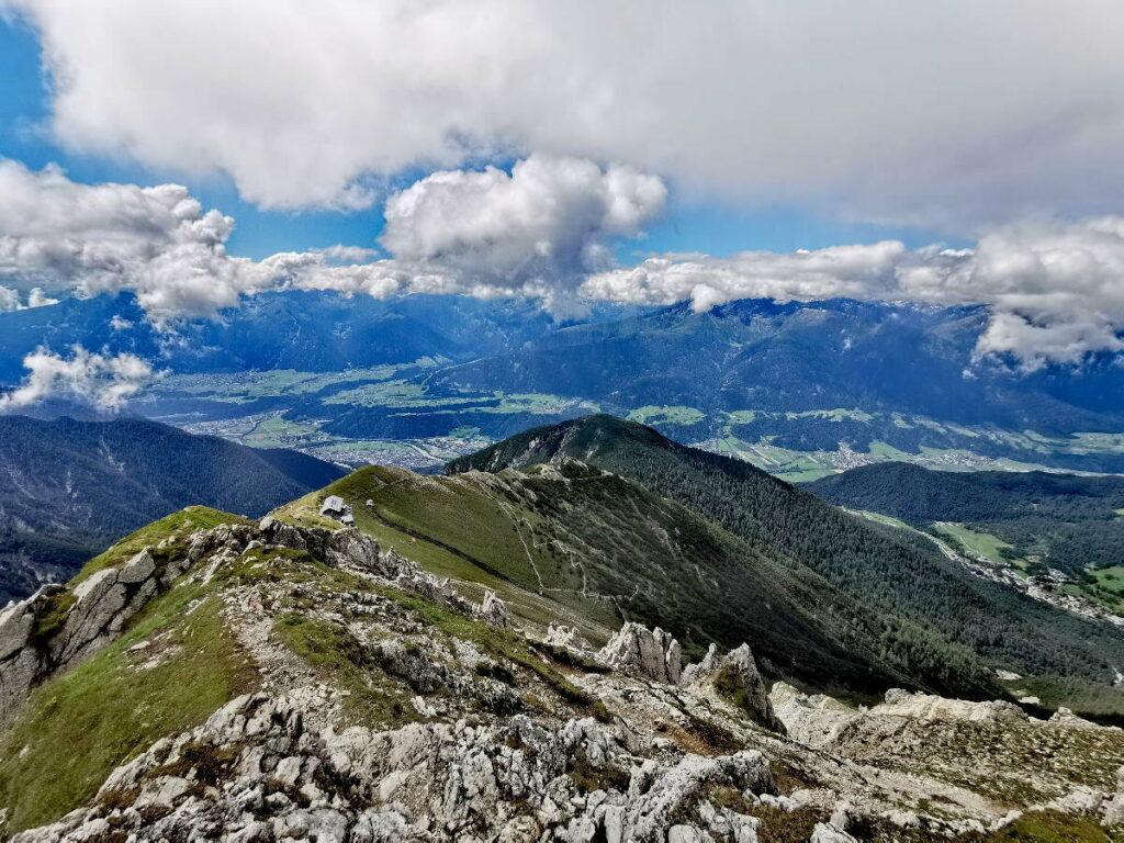 Blick von der Reither Spitze zur Nördlinger Hütte - auf dem Karwendel Höhenweg auf der Reither Spitze 2374 m