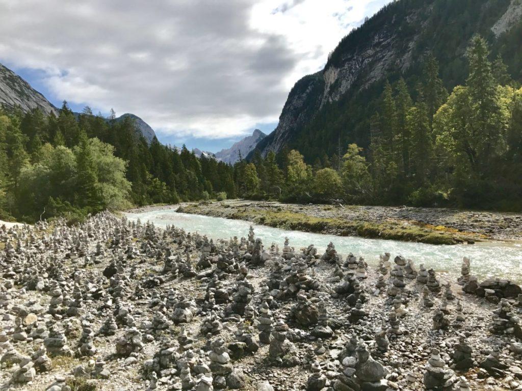 Hunderte Steinmännchen zieren den Weg im Karwendel zum Isarursprung