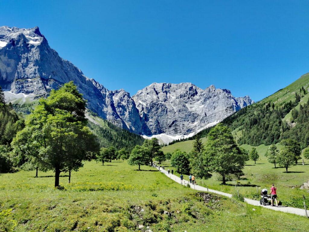 Im Karwendel wandern und in der schönen Landschaft mit den Bergen und Almen entspannen