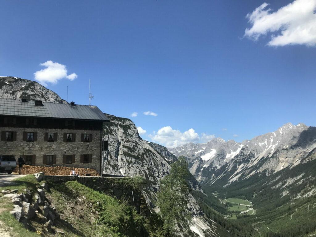 Das Karwendelhaus mit dem Karwendeltal im Karwendelgebirge, Tirol