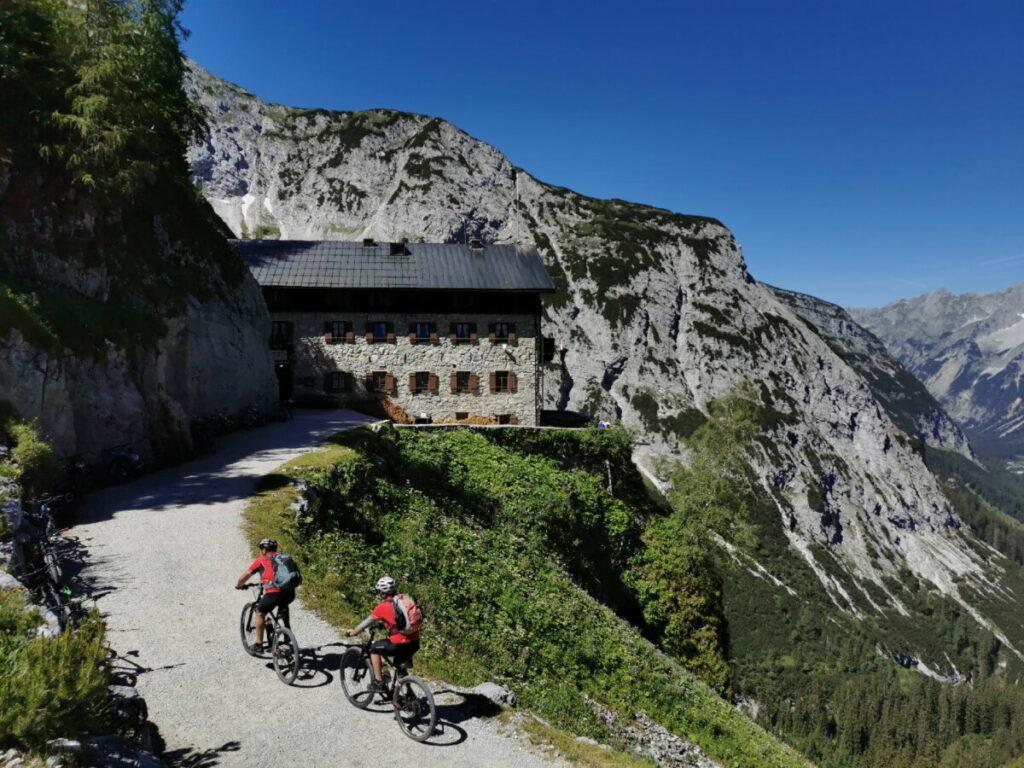 Das bekannte Karwendelhaus rund 40 Höhenmeter unterhalb vom Hochalmsattel