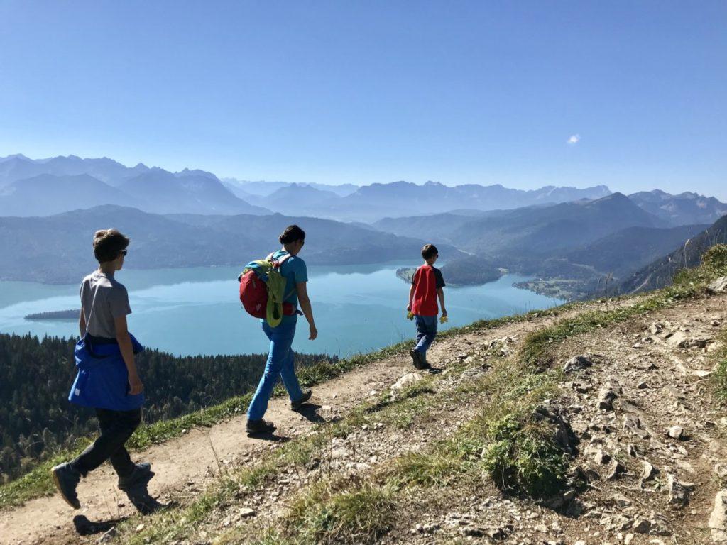 Kochelsee wandern mit Kindern - das ist Blick oben am Gipfel Richtung Walchensee