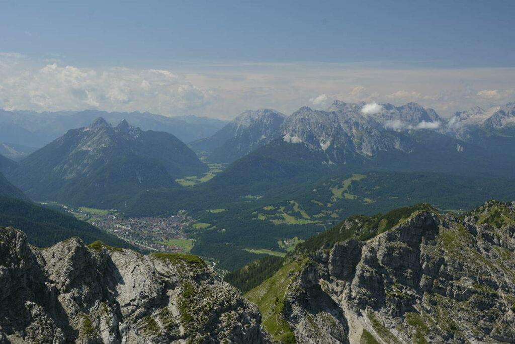Alpin ab Krün wandern: Auf die Schöttelkarspitze - mit deisem Ausblick über Mittenwald und das Wettersteingebirge