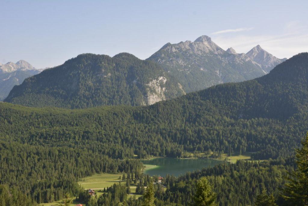 Am Kranzberg Mittenwald wandern - mit Blick auf den Lautersee