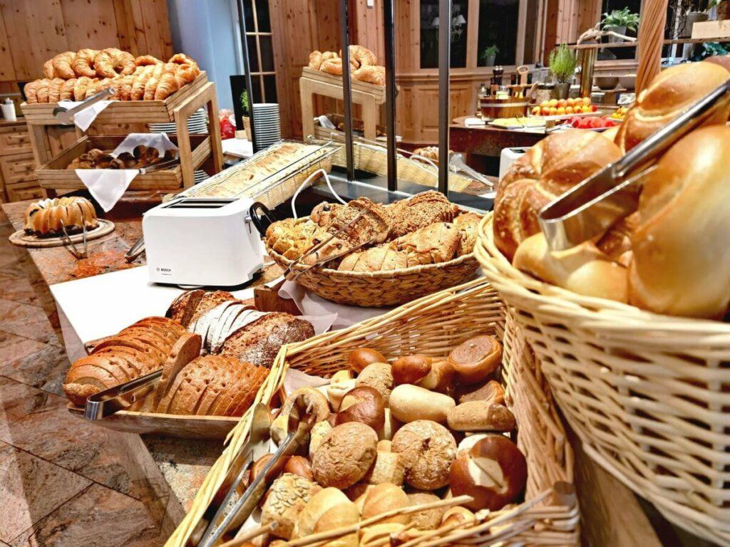 Das ist ein Teil des umfangreichen Frühstücksbuffets im Hotel in Seefeld ..