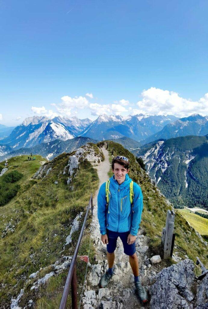 Vom Krumers Alpin Resort kommst du mit der Rosshütte Bergbahn hier hinauf zum Seefelder Joch
