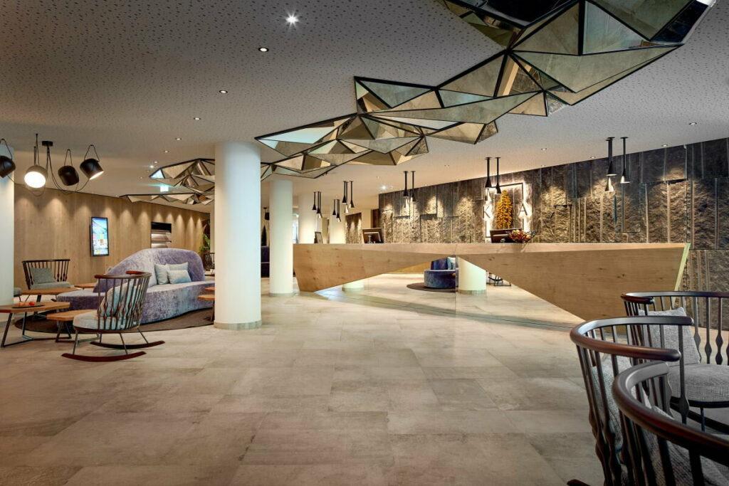Das moderne Krumers Alpin Resort in Seefeld - unser Checkin in der Lobby