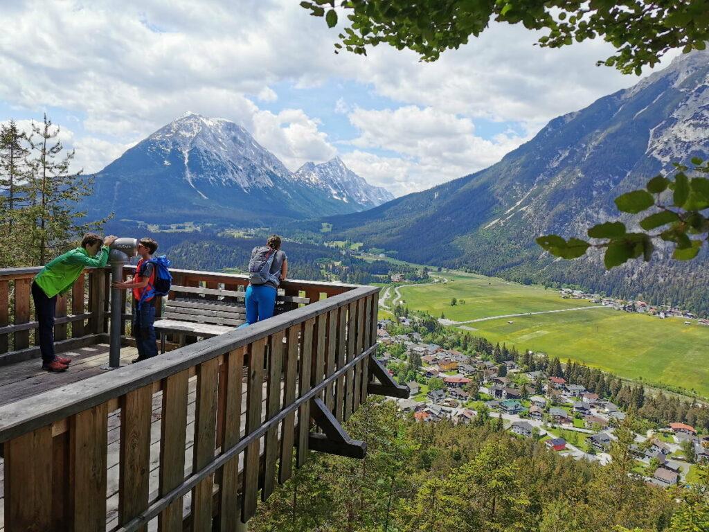 Die Aussicht von der Kurblhang Aussichtsplattform auf das Wettersteingebirge