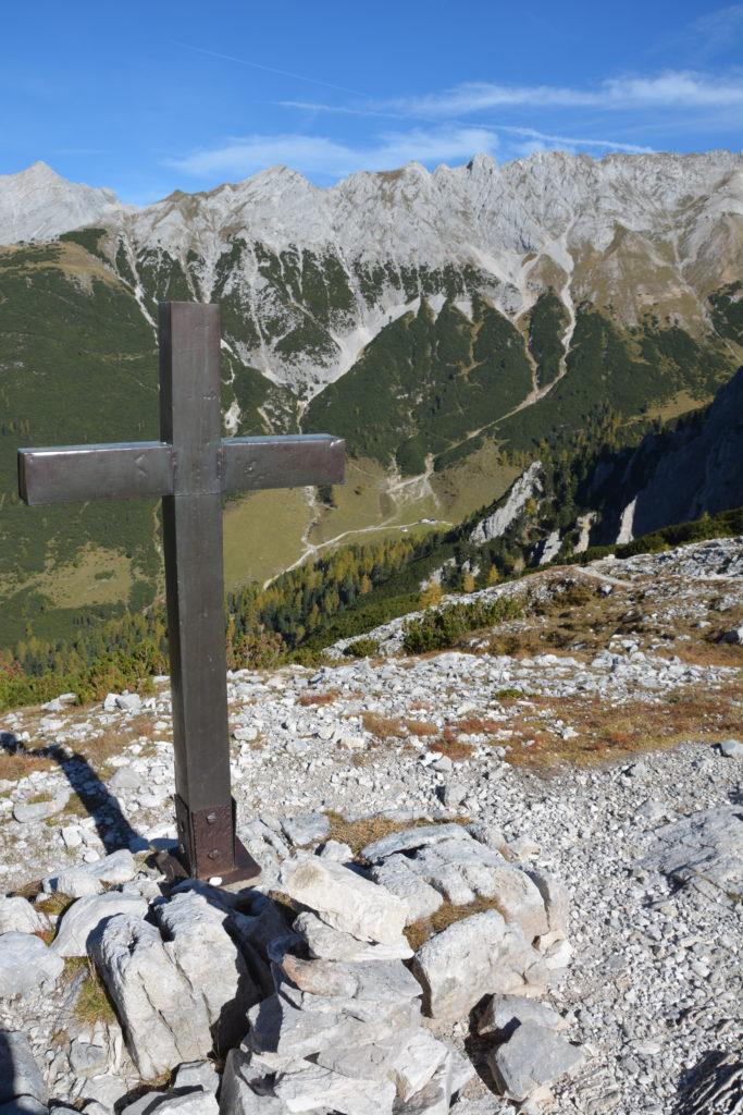 Das Kreuz am Lafatscherjoch - Übergang ins Hinterautal, wo der Isarursprung ist