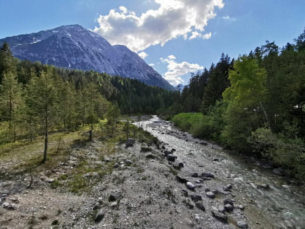 Die Leutascher Ache kommt aus dem Gaistal und fließt durch das Hochtal Richtung Mittenwald in die Isar