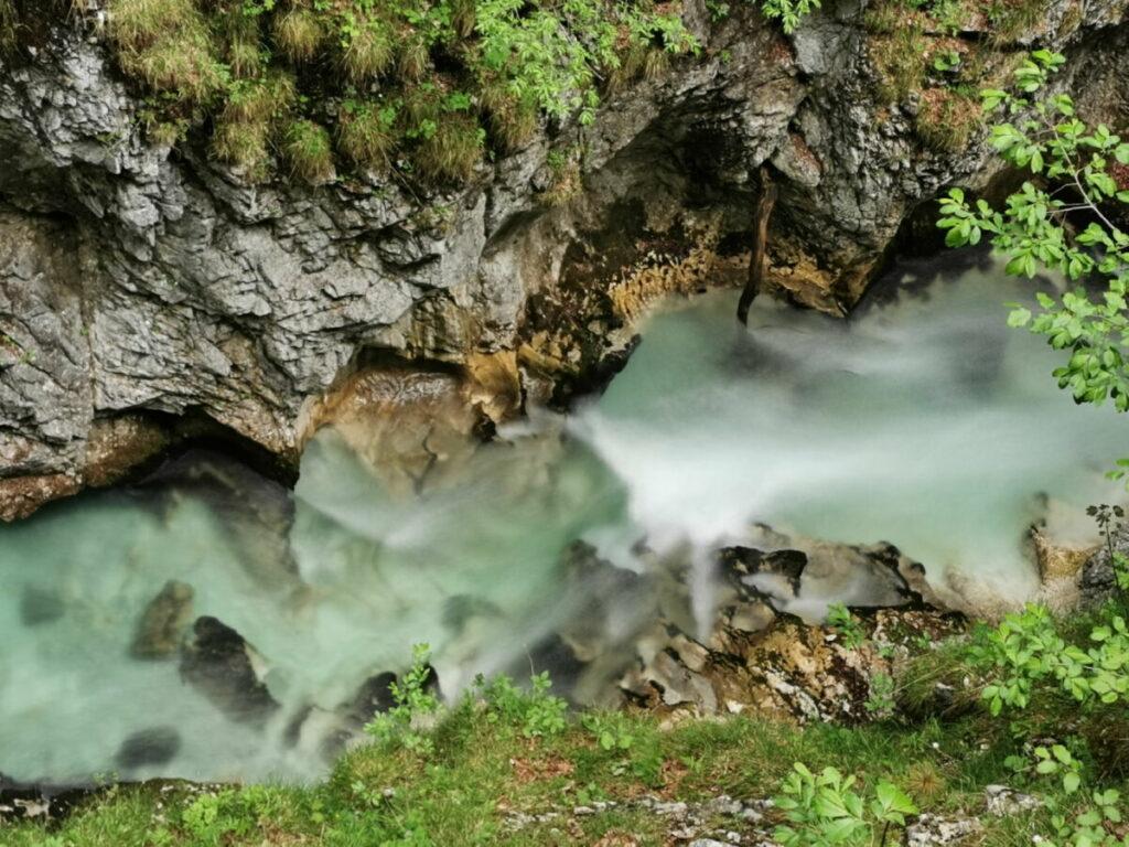 Leutascher Ache - türkisgrüner wilder Fluß im Hochtal