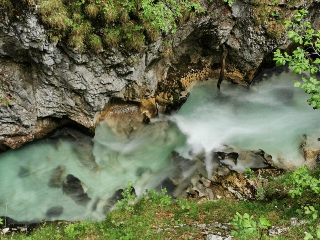 Wasser in der Leutaschklamm - diesem Naturschauspiel kann man ewig zuschauen oder