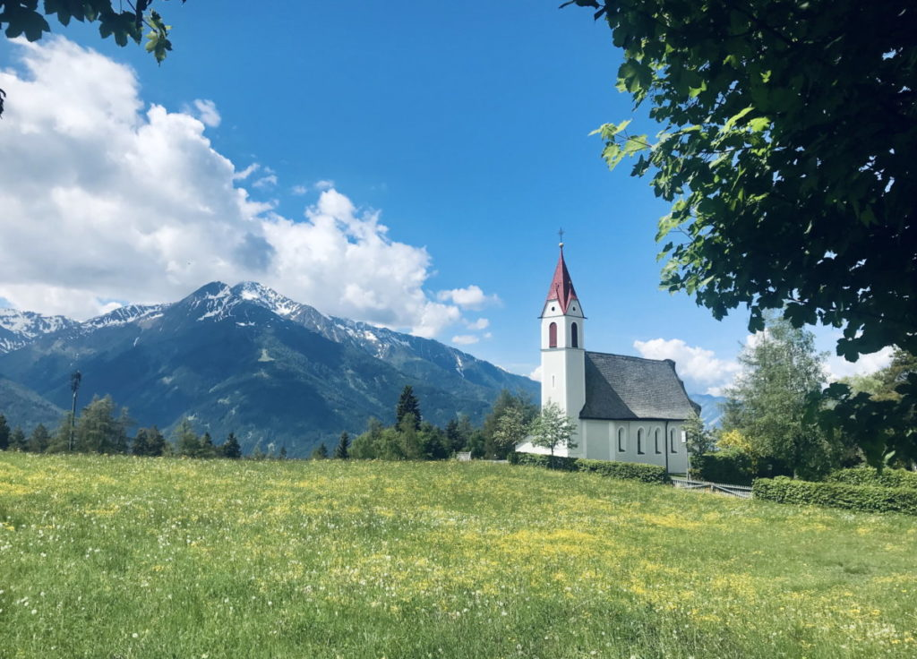 Die Kirche von Mösern mit dem Blick auf die Berge
