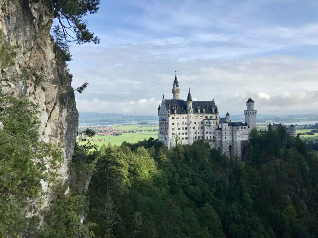 Von der Marienbrücke Neuschwanstein hast du diesen Ausblick auf Schloss Neuschwanstein