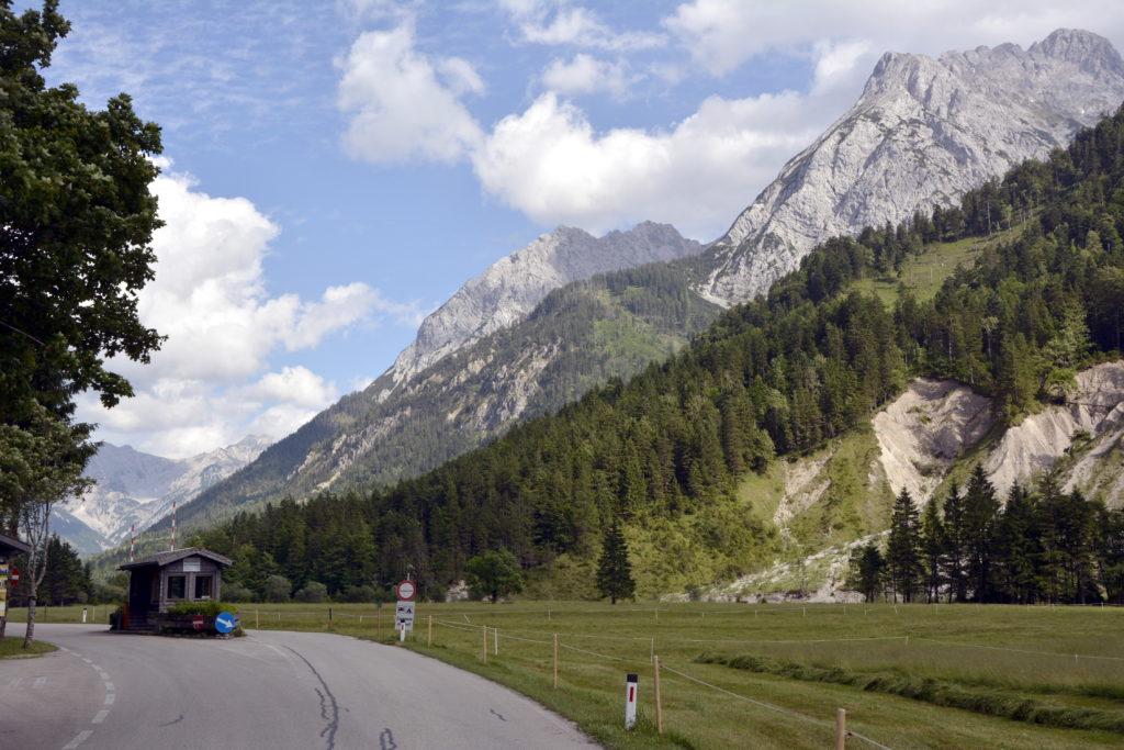 Hier beginnt die Mautstraße Eng mitten im Karwendel
