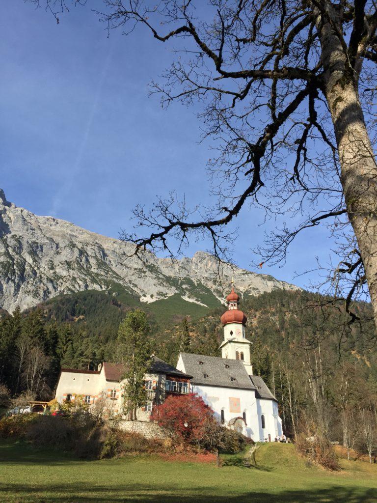 Links vom Kloster mit der bekannten Kirche beginnt die Mautstraße Hinterhornalm