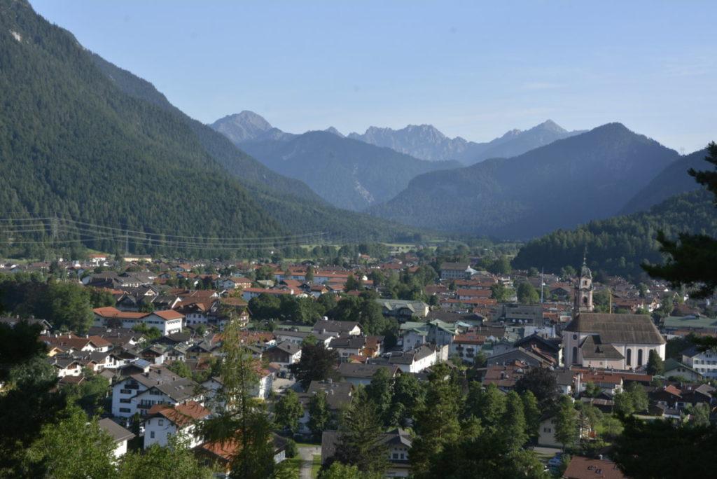 So liegt der Ort Mittenwald umgeben von Bergen