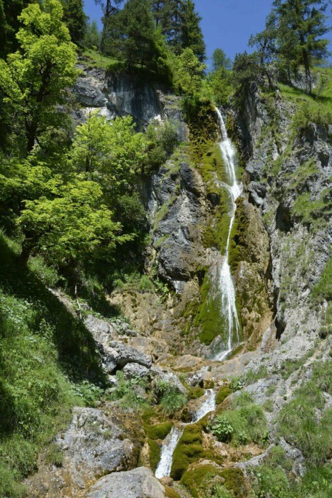 Achenkirch Wasserfall am Achensee: Ein schmaler Wandersteig führt auf halbe Höhe des Wasserfalls im Oberautal