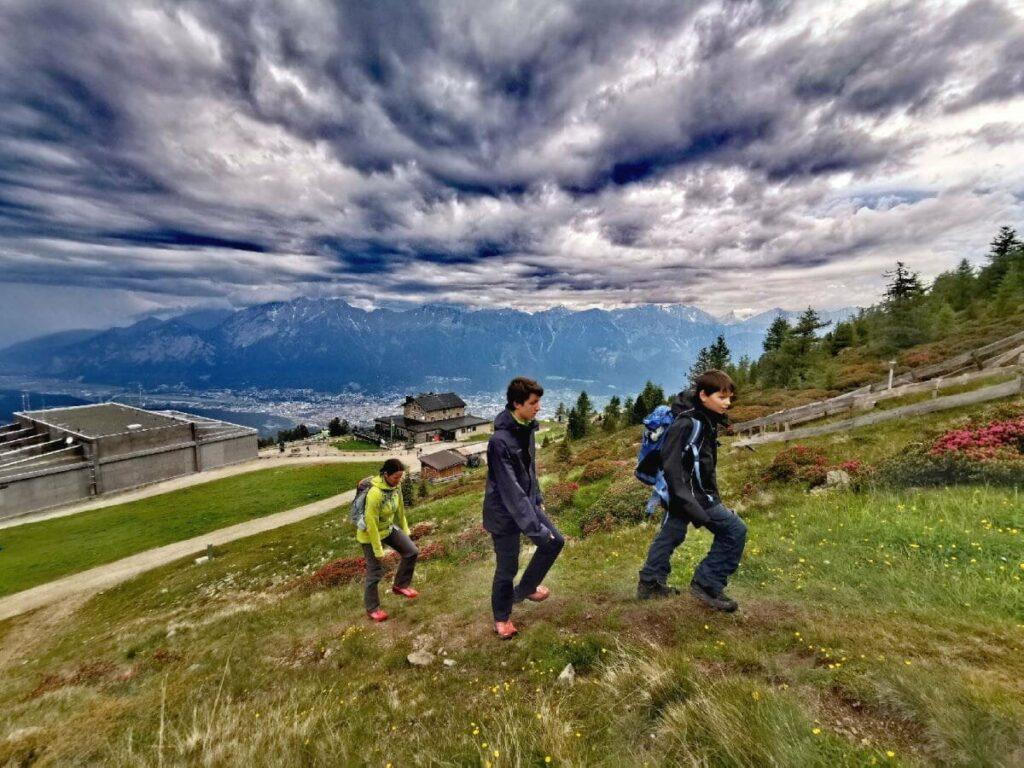 Von der Bergbahn der Patscherkofelbahn auf den Patscherkofel Gipfel wandern