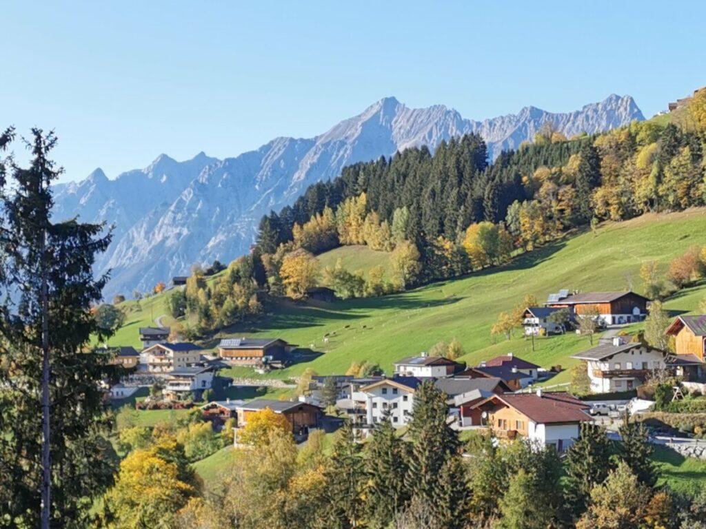 Der Ortsteil Pillberg mit dem Blick zum Karwendel - das ist Pill in Österreich