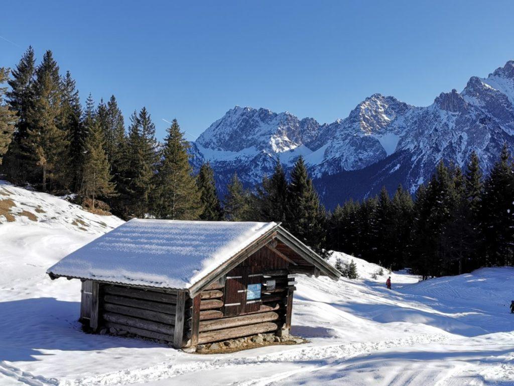 Pistenskitour Bayern - von Mittenwald an dern Holzhütten vorbei zum Krnazberg Gipfel