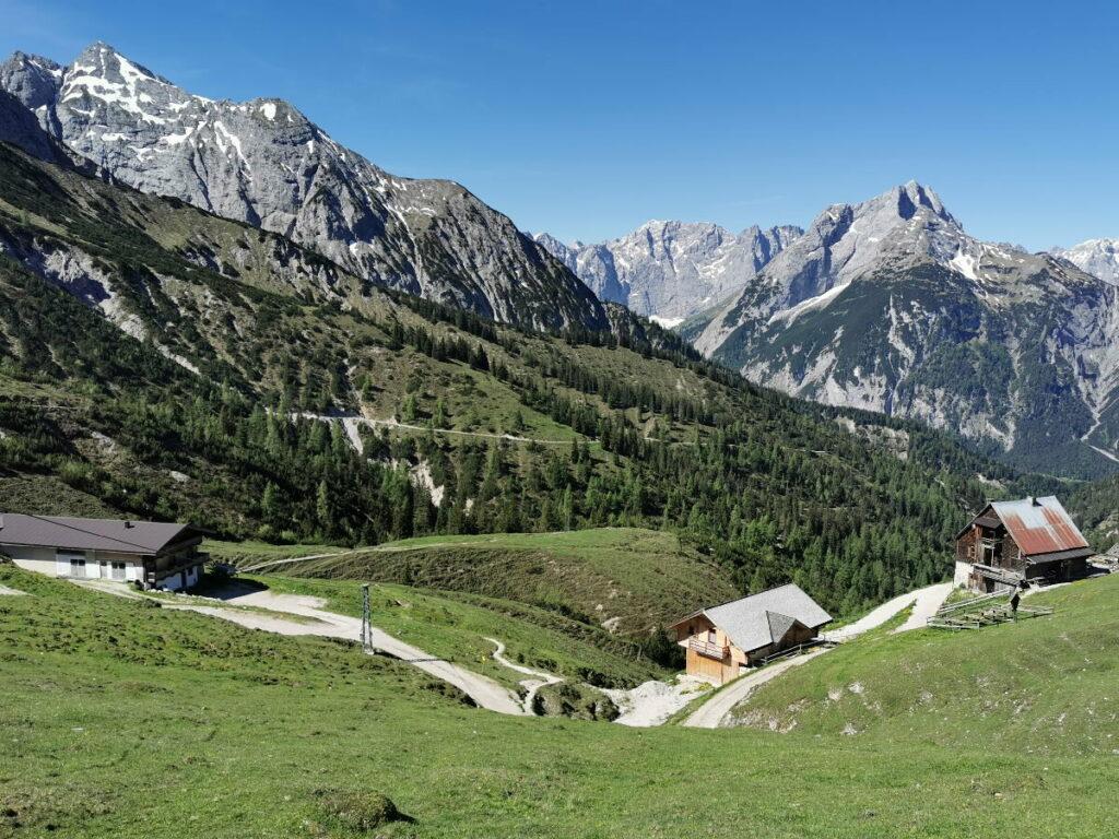 Malerische Bergkulisse am Plumsjoch - mit der Plumsjochhütte und dem Karwendel