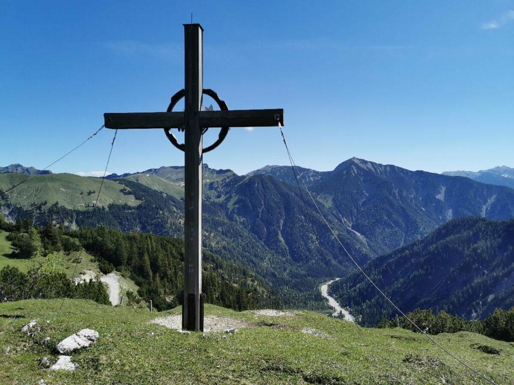 Das ist das Kreuz am Plumsjoch mit Blickrichtung Achensee