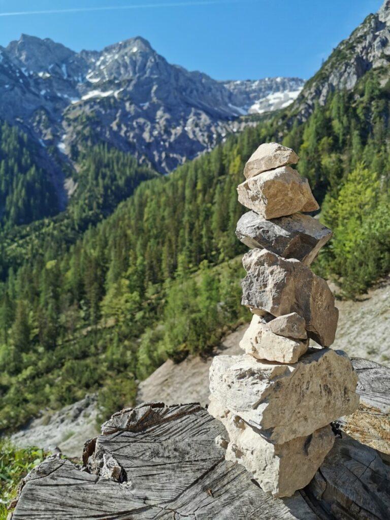 Auf die Plumsjochhütte wandern - mit Blick zum Karwendel