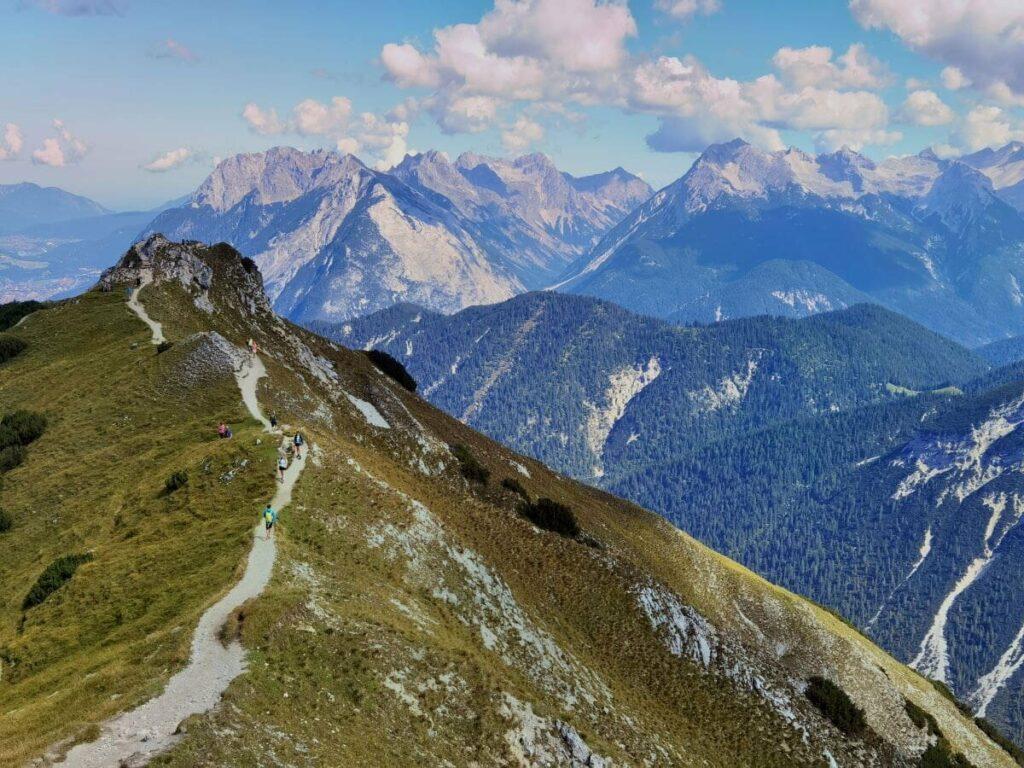 Rosshütte Seefeld - Ausblick bei der Seefelder Spitze auf das Karwendel, die Eppzirler Alm und die Zugspitze im Wettersteingebirge