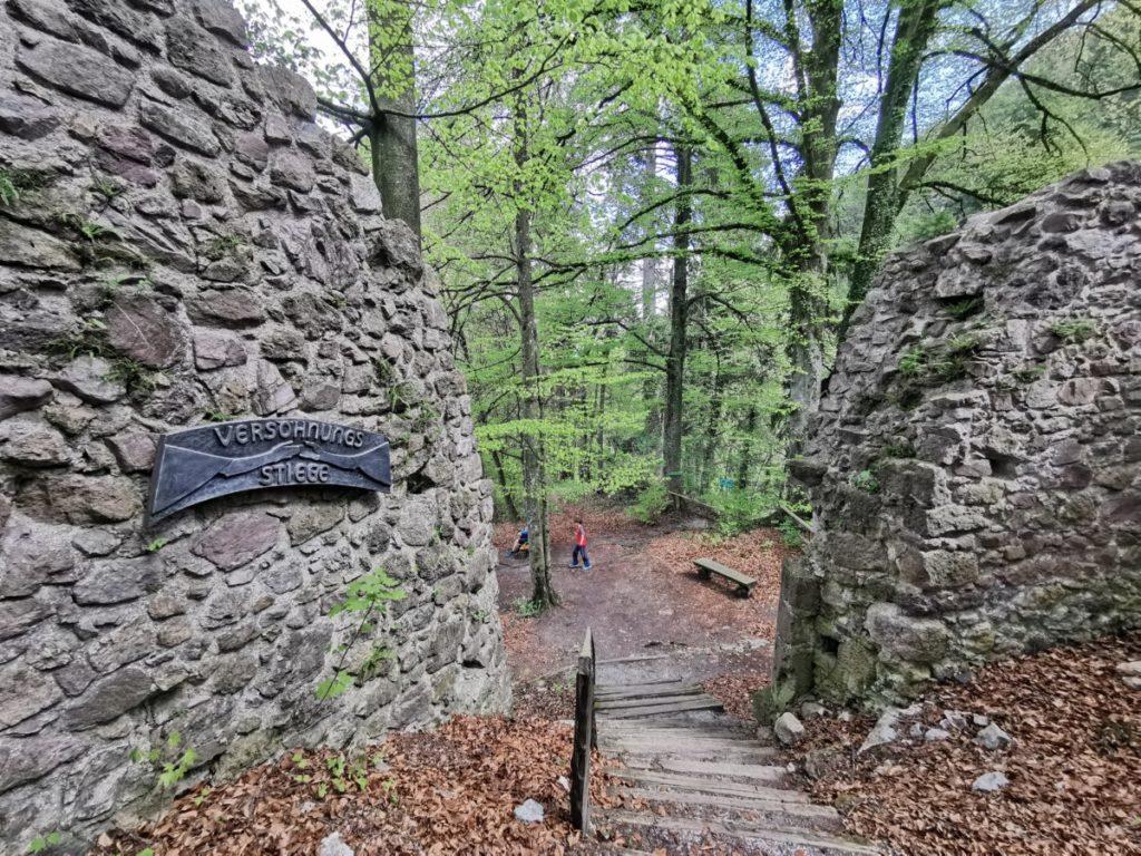 Ein Stück der Ringmauer auf der Rottenburg Tirol
